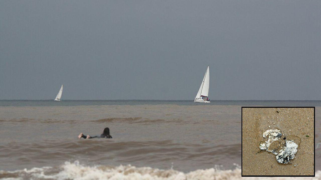 La playa de San Lorenzo amanece con un fuerte olor a heces
