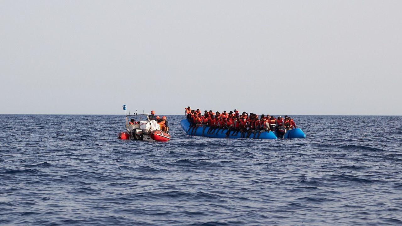 Ya estan en España 15 de los inmigrantes rescatados por el «Open Arms».Imagen de archivo de refugiados venezolanos cruzando de Colombia a Ecuador por el puente de San Miguel, en Tulcan
