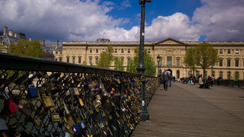 El «amor» rompió la barandilla.A primeros de junio, una barandilla del puente de las Artes de París cedió por el peso de los candados del amor