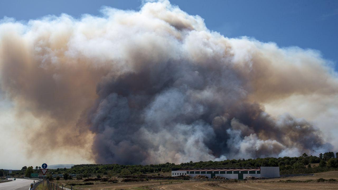 La humareda del incendio en la parroquia de Seoane