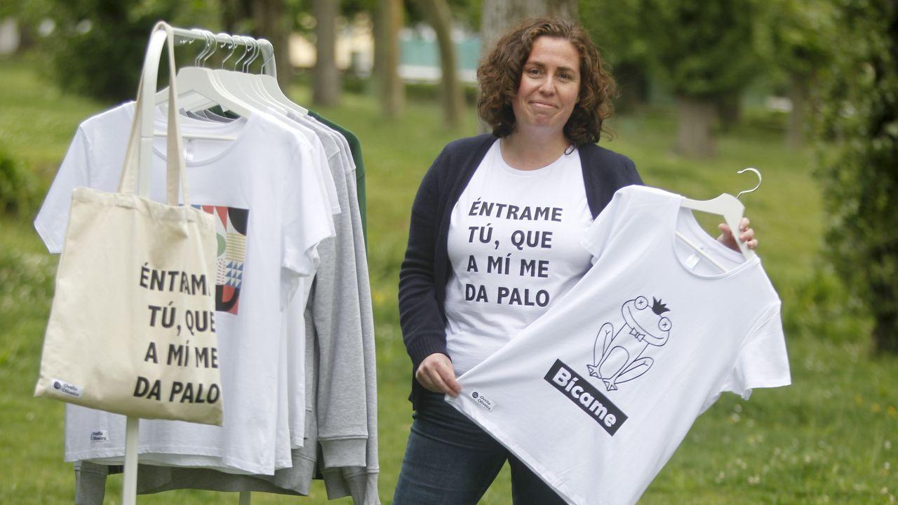 Susana Pedreira, retratada en Ares, donde vive y crea los diseños de su marca, Ovella Oliveira