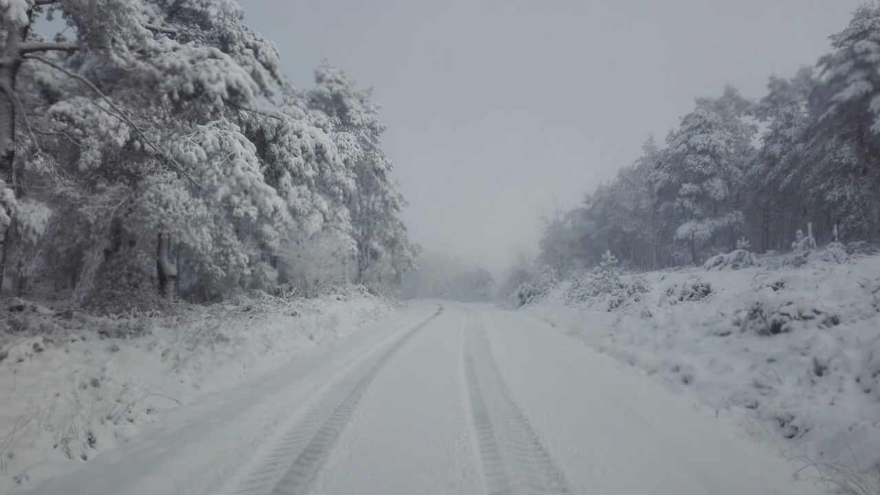Nieve en abril en Galicia.Contraste entre el verde primaveral de los prados de las zonas bajas con la nieve que cayó este viernes en la montaña de O Faro
