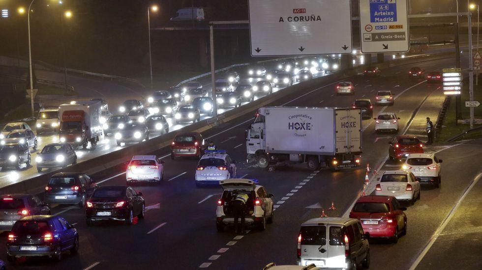 Atasco en Alfonso Molina al quedar cruzado un camión