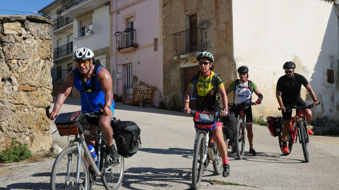 Los peregrinos Laureano Coronado, Maite Parejo y Rafael Chánez, este miércoles, en Irache