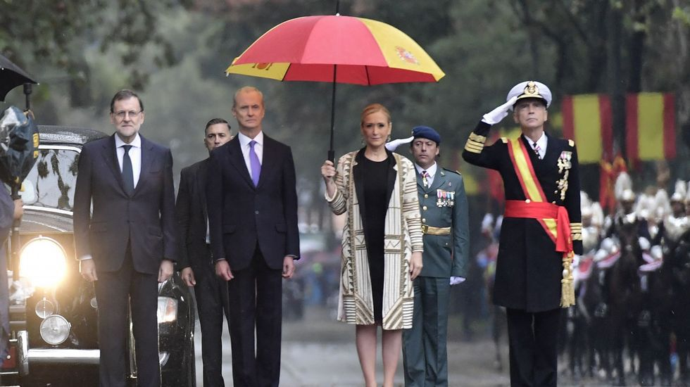 Un desfile pasado por agua.El presidente del gobierno Pedro Sánchez, durante su reunión con reúne con el Presidente del principado Asturias, Javier Fernández, esta mañana en el Palacio de La Moncloa