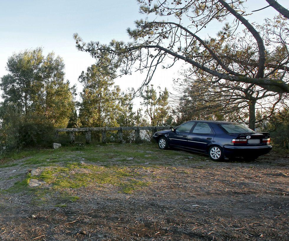 Otro mirador inútil, la ría se «adivina» entre los árboles.