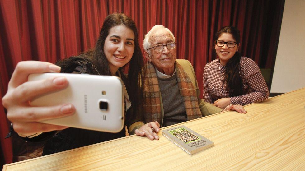 Neira Vilas, con dos alumnas del IES Leiras Pulpeiro de Lugao, que se hicieron un selfie con el escritor, este mismo año en abril