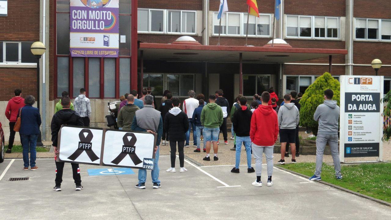 La Universidad de Vigo, también en O Berbés.Protesta ayer de profesores y alumnos del Porta da Auga de Ribadeo contra la nueva ley educativa
