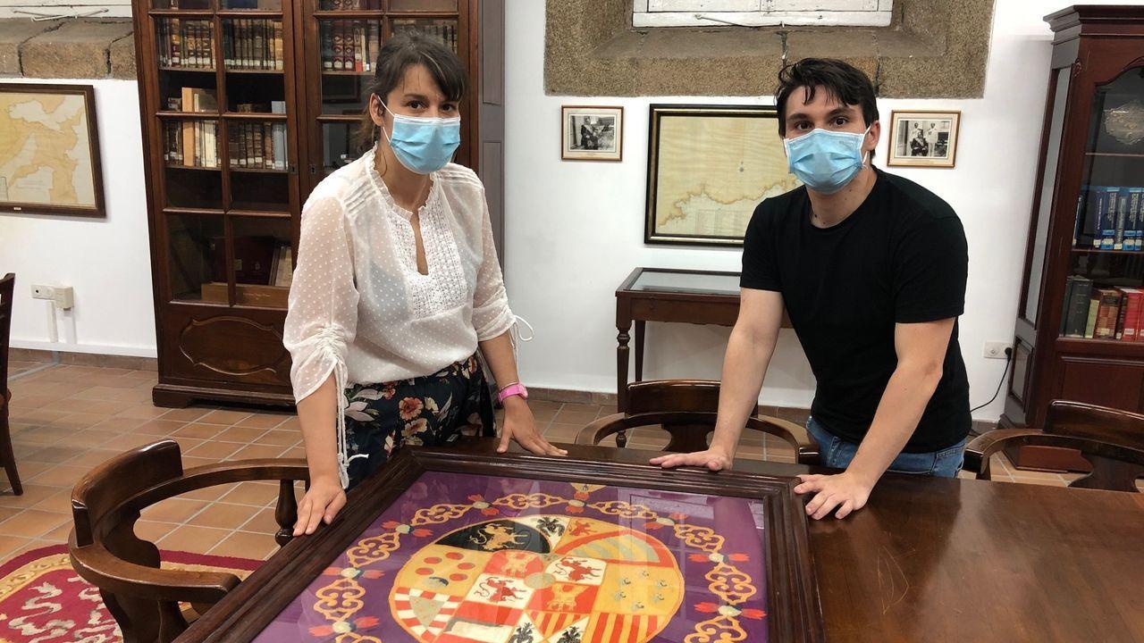 Álex Cedeira, alumno del máster de la UDC, junto a la conservadora del Museo Naval, donde el estudiante ha hecho sus prácticas curriculares