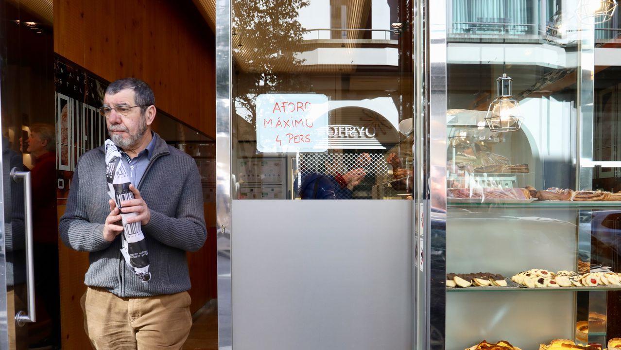 Panadería en Santiago limitando el aforo durante el primer día de estado de alarma por el coronavirus