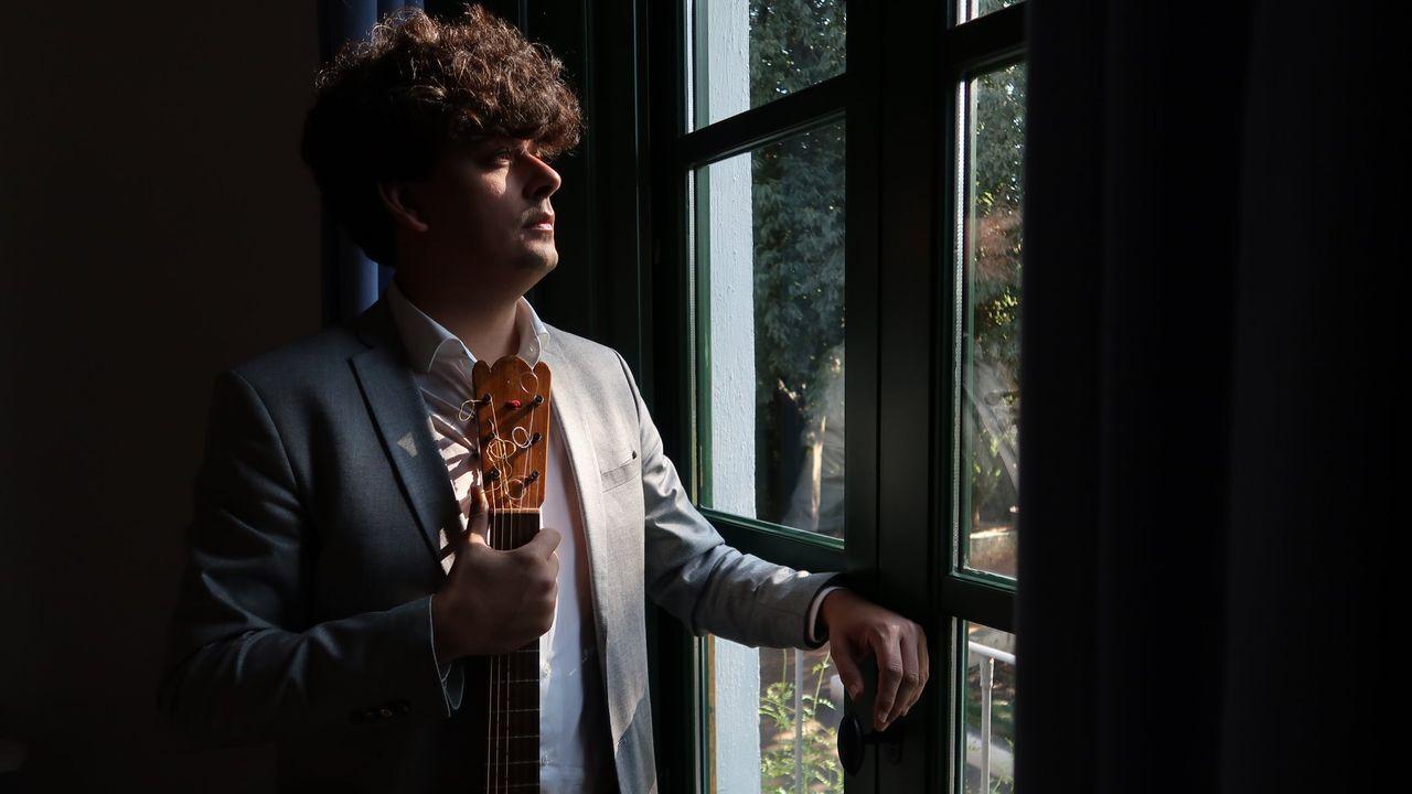 El compositor y guitarrista Samuel Diz, en la habitación de García Lorca en la Huerta de San Vicente, con la guitarra del poeta