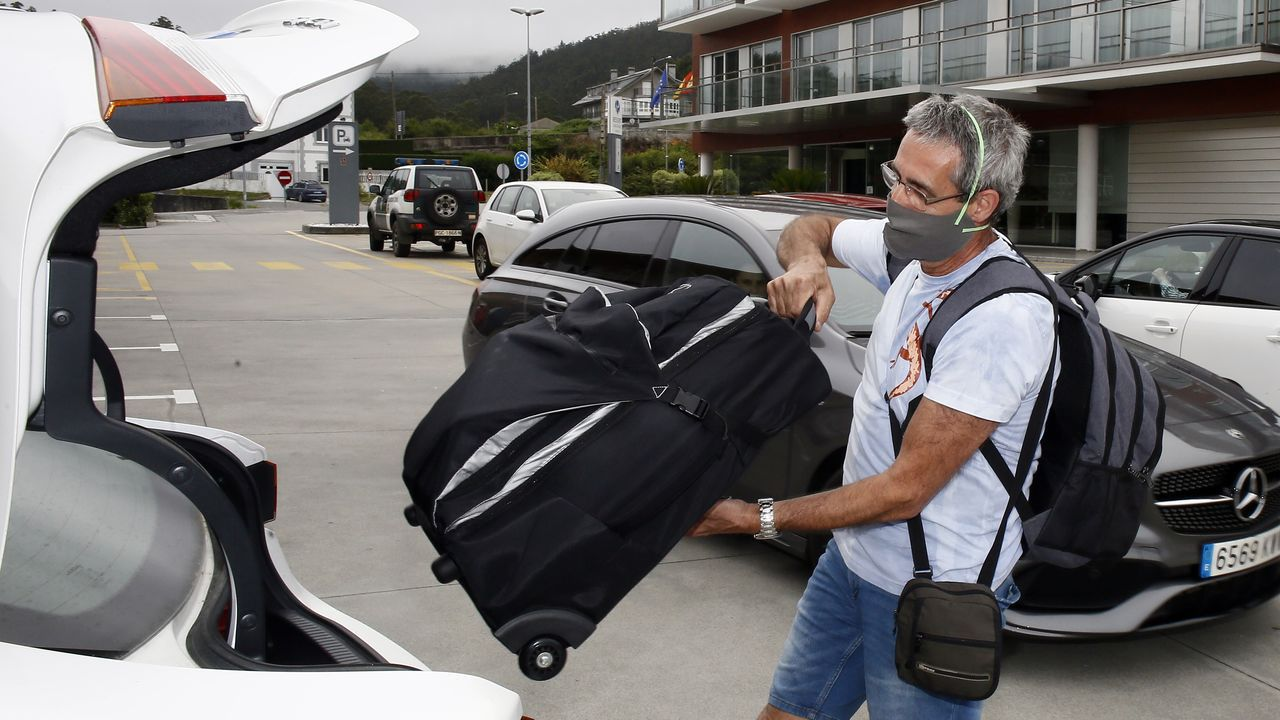 Turistas marchándose de un hotel de Viveiro
