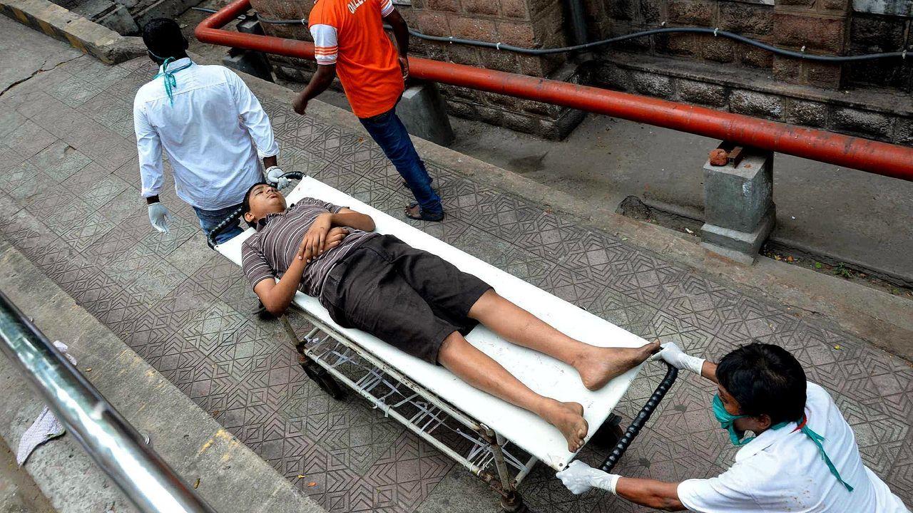 Un grupo de sanitarios evacúa a un afectado por la fuga de gas en la ciudad india de Visakhapatnam