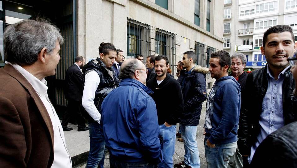 Jugadores y técnicos departieron con los letrados en el entorno de la sede judicial.