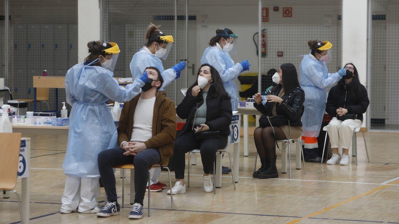 Alumnos del campus de Ourense participando en el cribado que arrancó el sábado en el pabellón polideportivo universitario