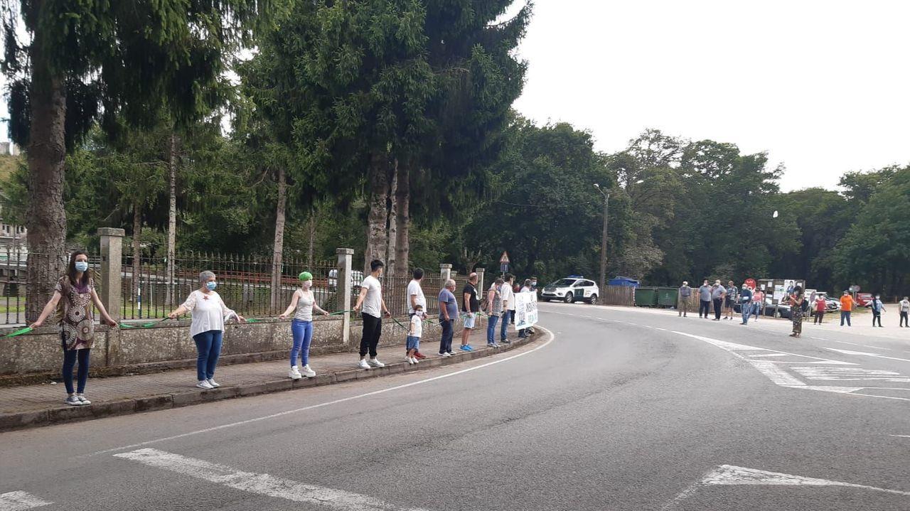 Imagen de la cadena humana formada el pasado mes de julio en Parga para pedir la reapertura del consultorio