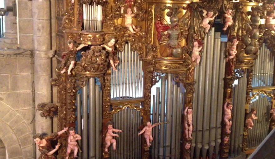 Así suena el órgano restaurado en la catedral de Santiago.Barrio recibió una llave decorada en su visita a Vieiro.