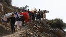 Niños y jóvenes carrean material electoral a una aldea que no es accesibles por carretera en la provincia de Panjshir