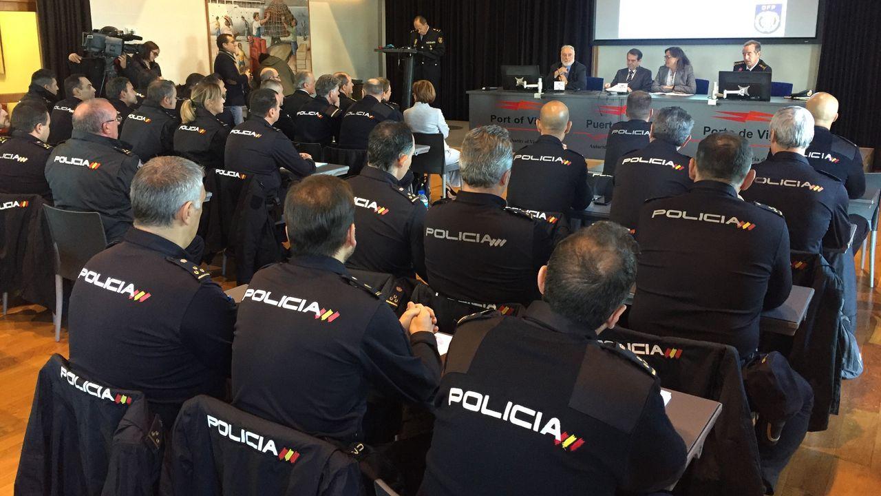 Curso policial sobre seguridad portuaria en Vigo.Un avión en un «finger» del Aeropuerto de Asturias, en medio de la lluvia