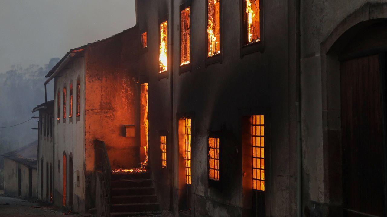 Casa ardiendo en la localidad portuguesa de Lousa