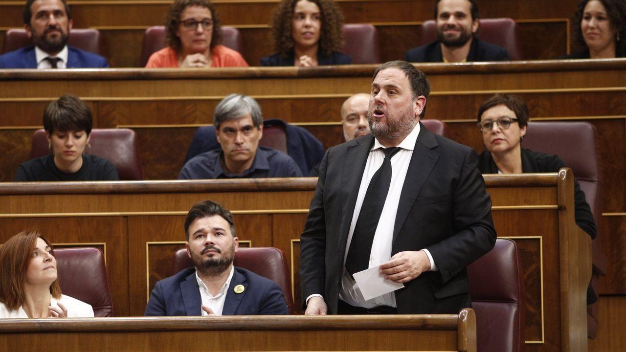 Diputados de JxCat aplauden a Torra a su llegada al Parlamento, mientras su vicepresidente, Pere Aragonès, permanece sentado