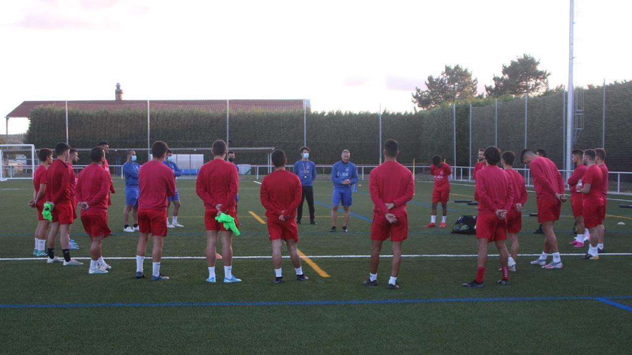 Las imágenes del amistoso entre el Arousa y el Celta B.Los jugadores del Racing Vilalbés se abrazan tras un gol