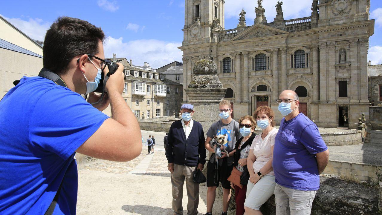Las fotos de la romería 2002 en el Monte Faro.Un grupo de turistas frente a la catedral de Lugo el pasado 29 de agosto