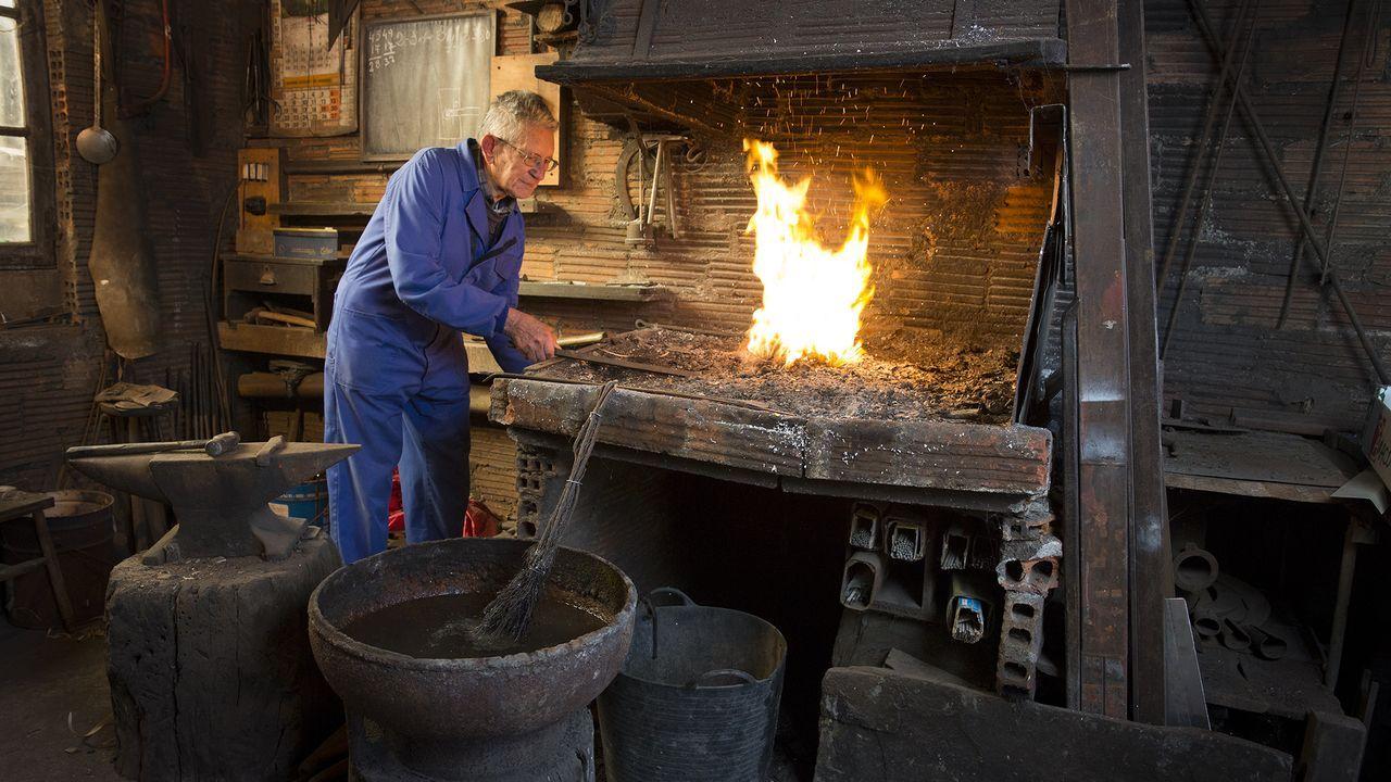 Jesús González, haciendo una demostración en su forja hace años