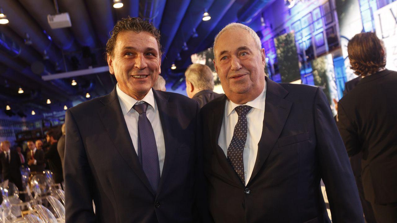 Manuel Jove, empresario y patrono de la Fundación Santiago Rey Fernández-Latorre, acompañado del gerente de La Voz de Galicia Santiago Pérez