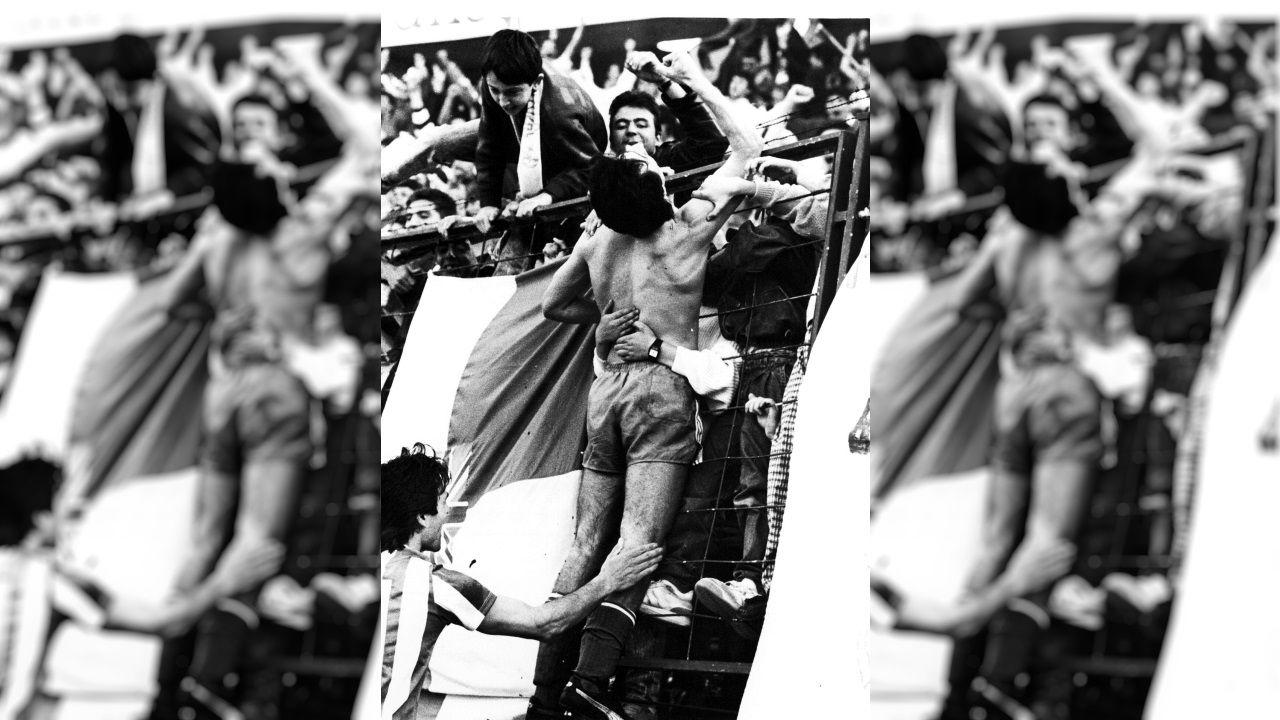 Vicente Celeiro celebra con la afición el gol ante el Rácing de Santander que evitó el descenso del Dépor a Segunda B