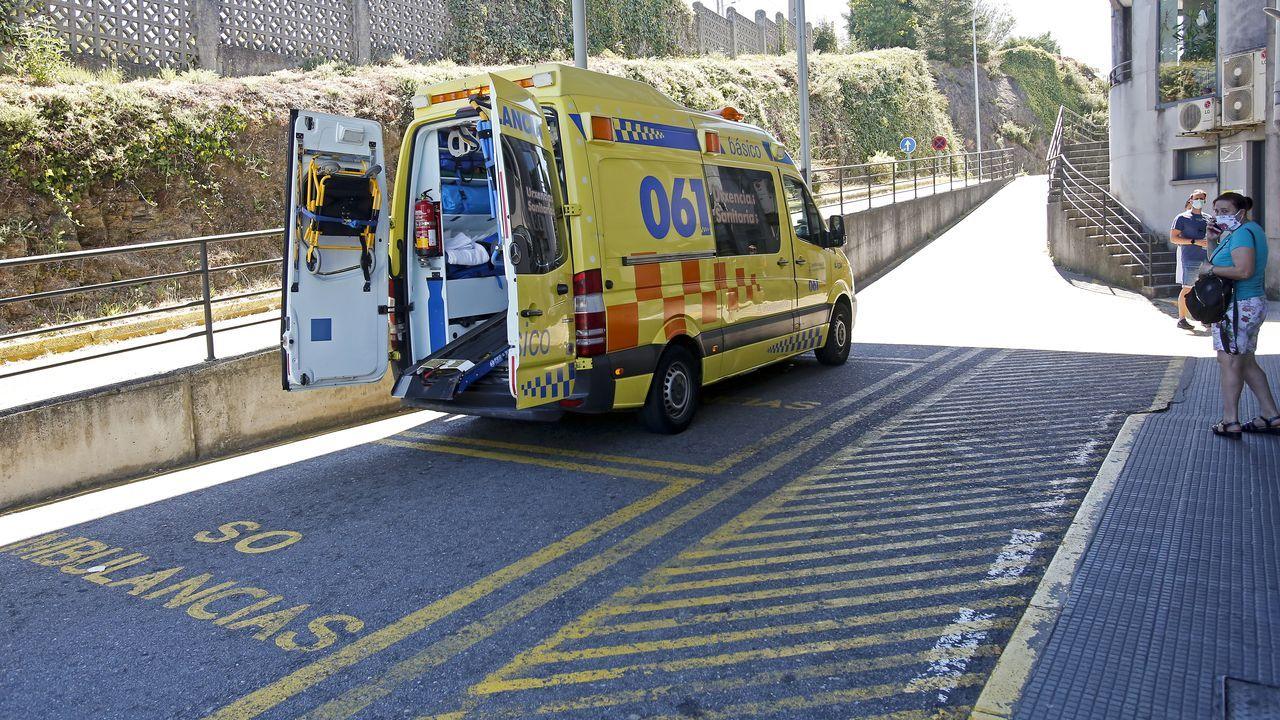 Una ambulancia, en la entrada del servicio de Urgencias del Hospital Montecelo de Pontevedra