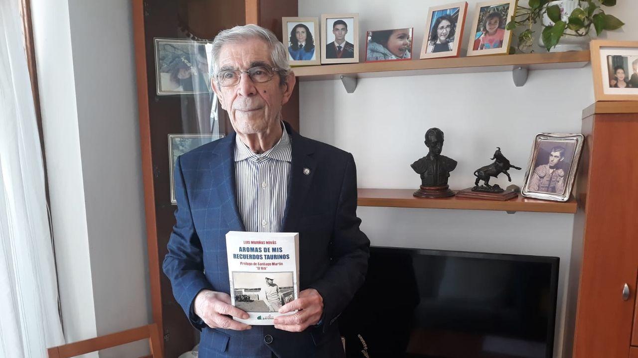 Luis Mariñas Novás, presidente de la Peña Taurina de A Coruña, con el libro que acaba de editar Arenas en el que recoge sus vivencias bajo el título de «Aromas de mis recuerdos taurinos»