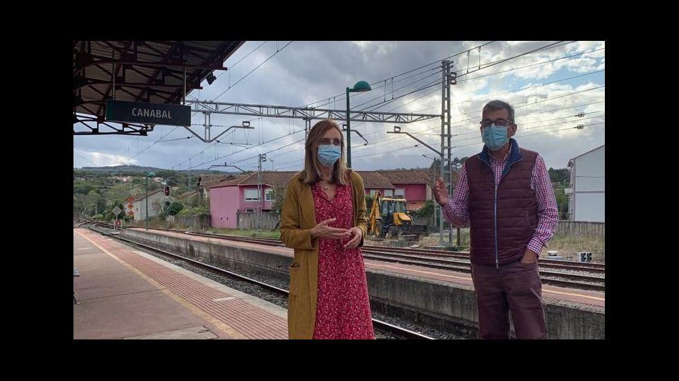 La concejala Raquel Arias y el alcalde de Sober, Luis Fernández Guitián, en la estación de Canaval en una foto difundida por el Ayuntamiento