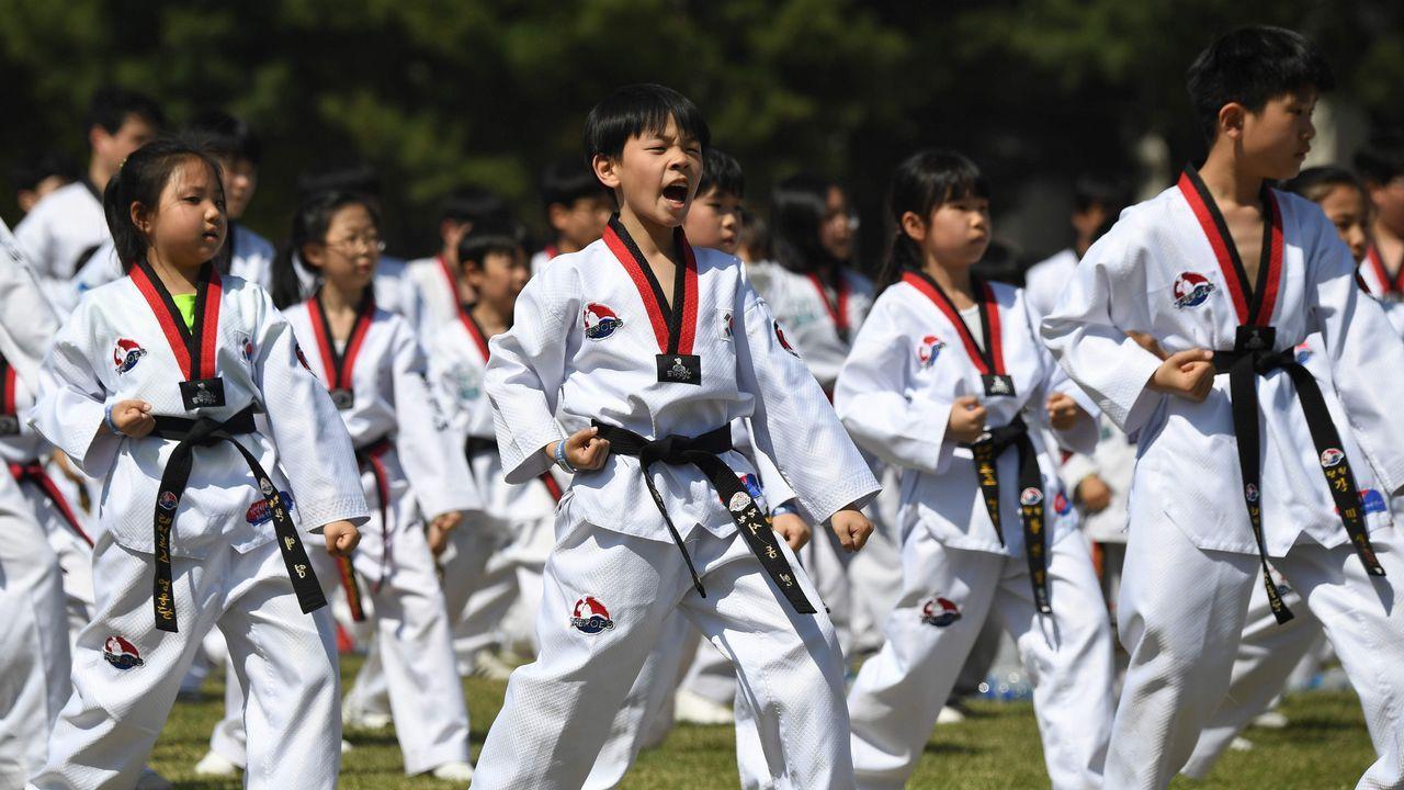 Centenares de niños participaron en una exhibición de taekuondo en Seúl a favor de la paz