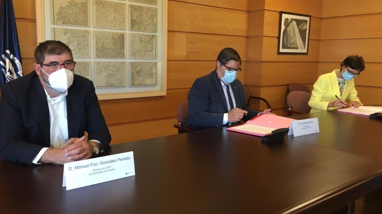 dom.Manuel González Penedo, Julio Abalde Alonso y Sonia Ruiz Vargas en la firma del convenio entre la UDC y ASPACE Coruña