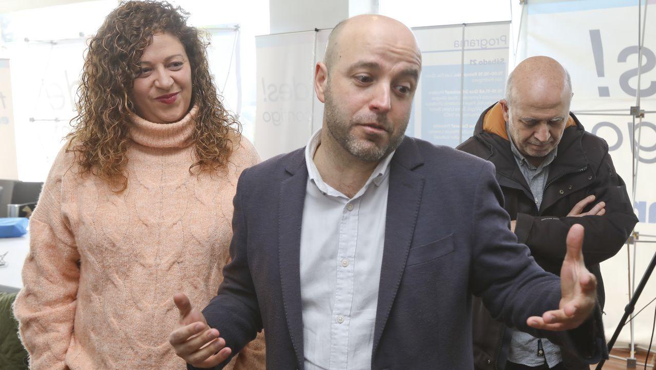 Valeriano Mato, conselleiro de Facenda, cuando entregó los presupuestos ahora vigentes al presidente del Parlamento, Miguel Santalices