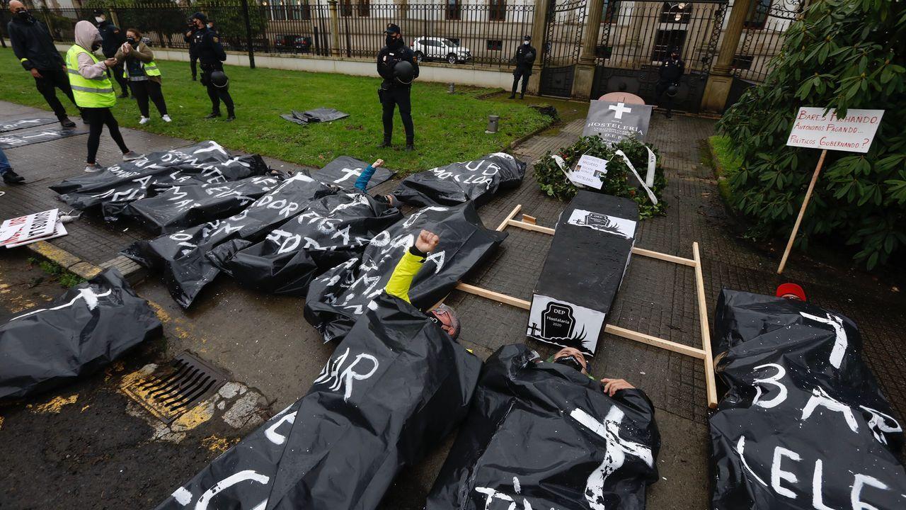 Algunos manifestantes simularon su entierro delante de las dependencias de la Xunta, en Santiago
