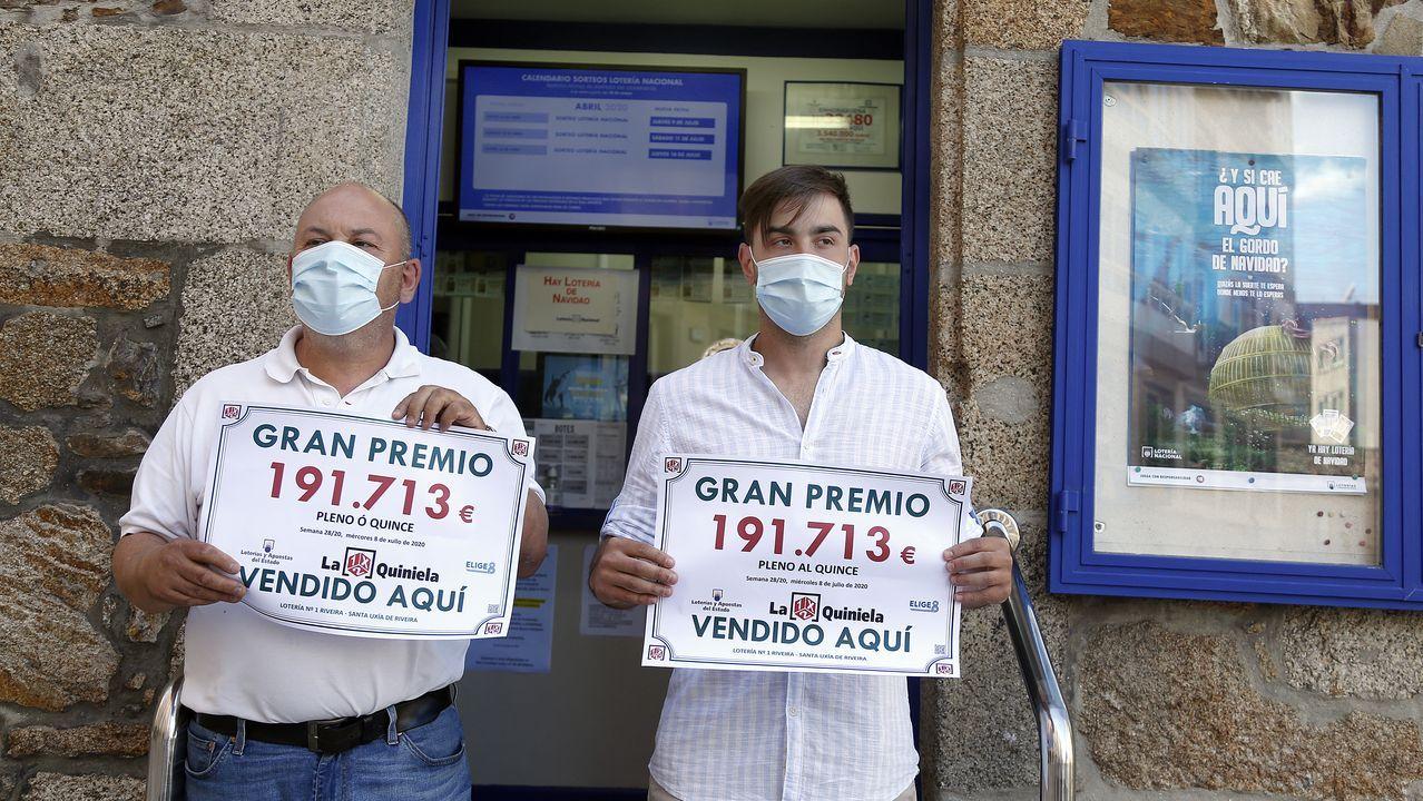 Así se vivió el día del Carmen en Barbanza, a pesar delcoronavirus.En la imagen de la izquierda, grupos de jóvenes haciendo botellón en el entorno de la playa de O Castelo. En la derecha, estado en el que queda la calle tras la noche