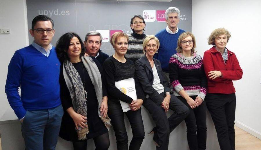 De «birras» con Toni Cantó.La presidenta del colectivo lucense, Marta López (cuarta por la izquierda), junto a Rosa Díez (UPyD) en Madrid.