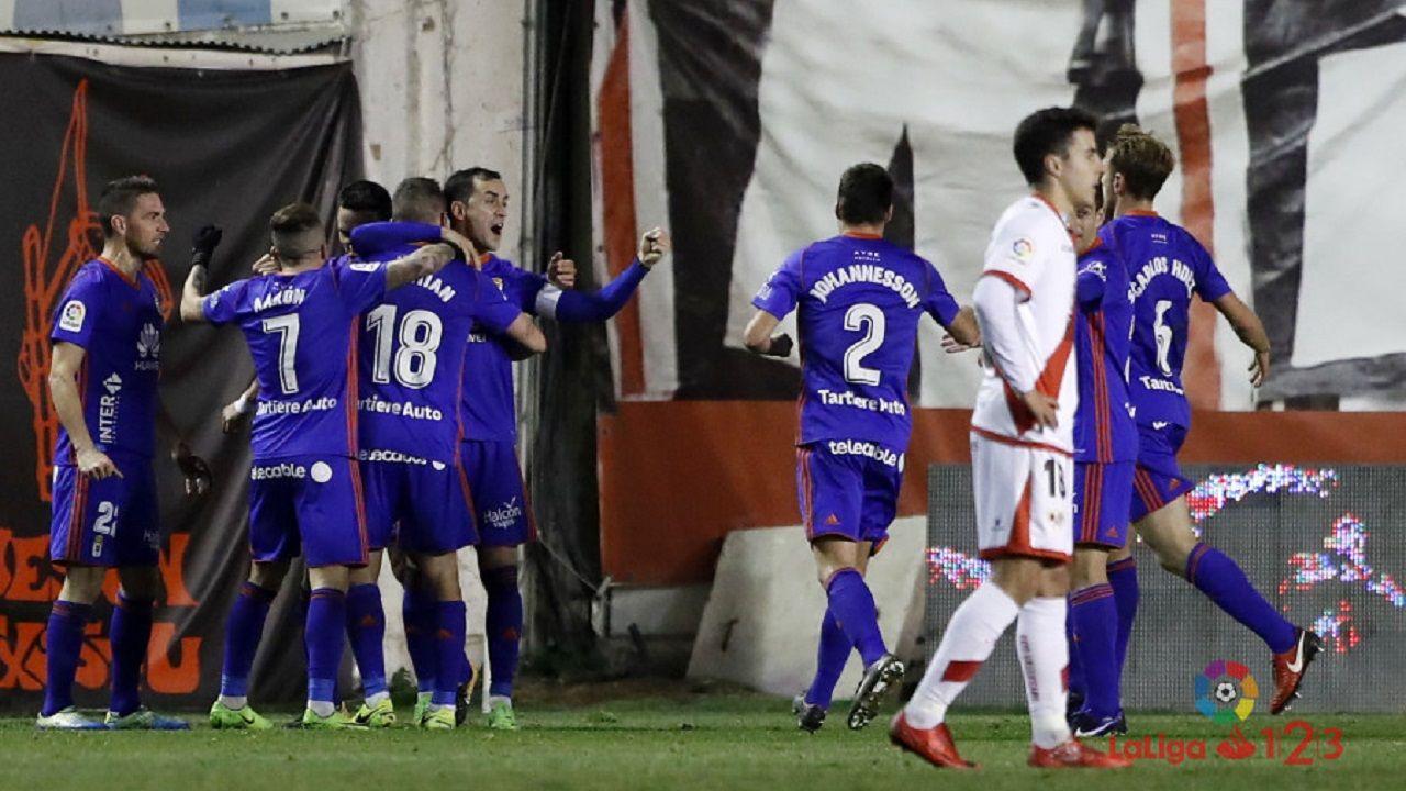 Jugadores del Oviedo celebran el gol de Christian en Vallecas