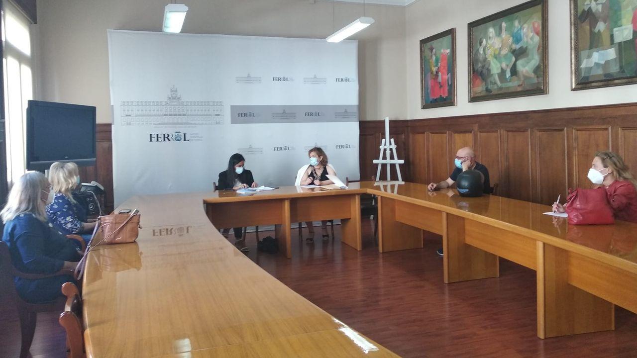 Ambiente en Santiago en su día grande.De izquierda a derecha, Mari, Gonzalo y Rocío, tres amigos de Madrid y Córdoba que ayer iniciaron en Ferrol el Camino Inglés