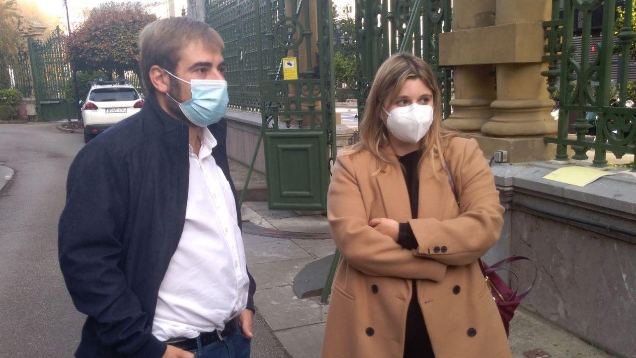 Aitana Fernández junto al diputado de Podemos Daniel Ripa