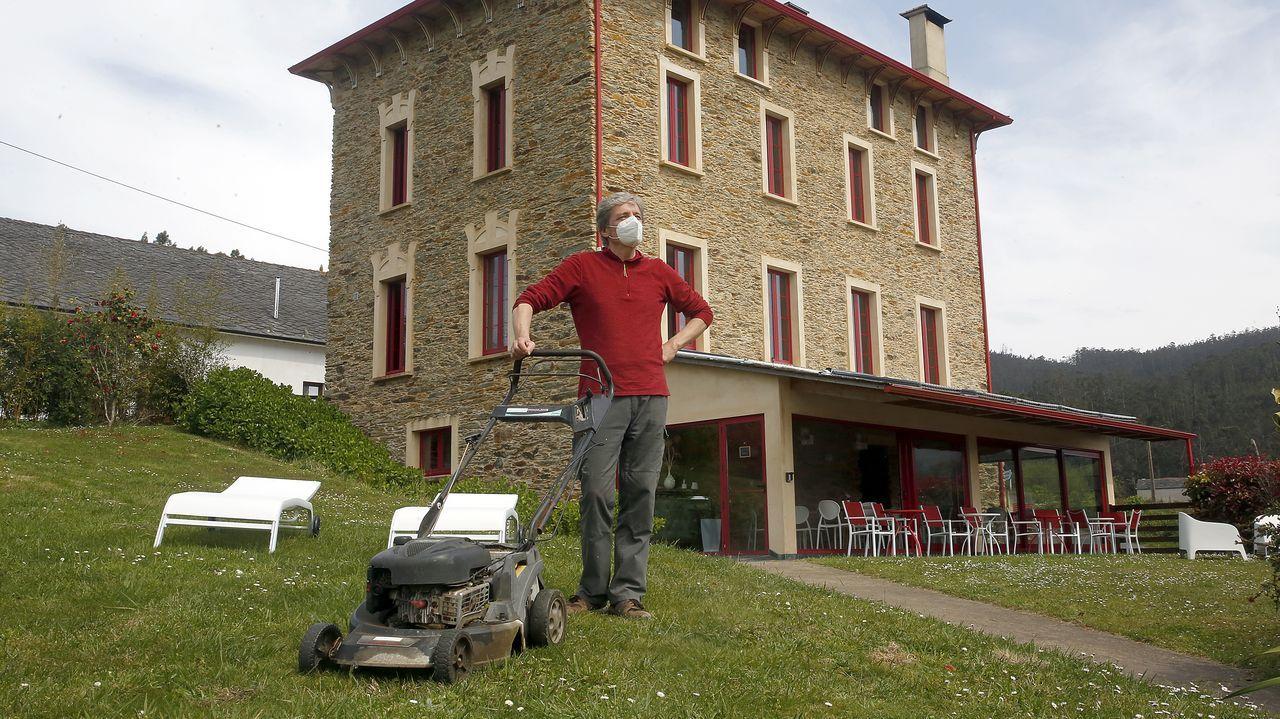 Álex, nacido en Belgrado, es dueño de un hotel que creó a partir de una antigua escuela en ruinas