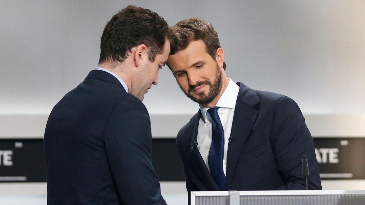 Casado, con uno de sus asesores durante un descanso del debate