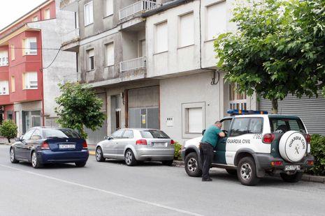 Una patrulla de la Guardia Civil custodiando el coche donde se produjeron los hechos