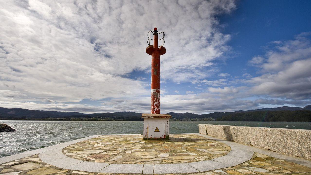 La embarcación fue remolcada hasta la zona próxima al espigón del muelle de Ortigueira