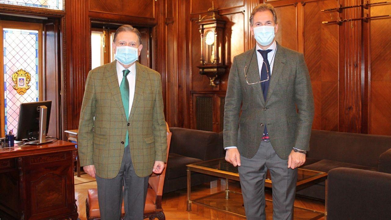 Por la izquierda, Alfredo Canteli, alcalde de Oviedo, y César López Sánchez, director de relaciones institucionales de Carrefour Asturias