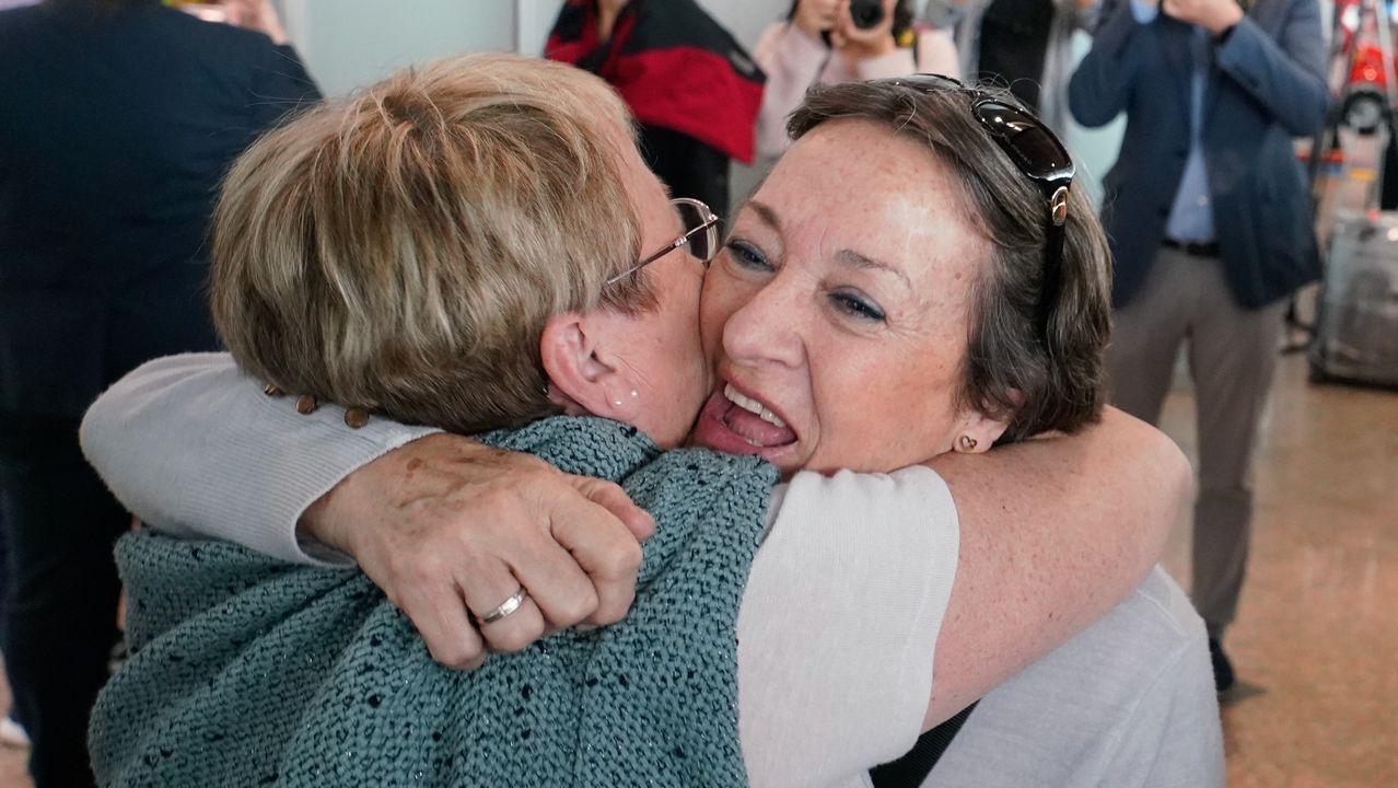 María José y Manuela Poza Otero se abrazan en el aeropuerto vigués de Peinador