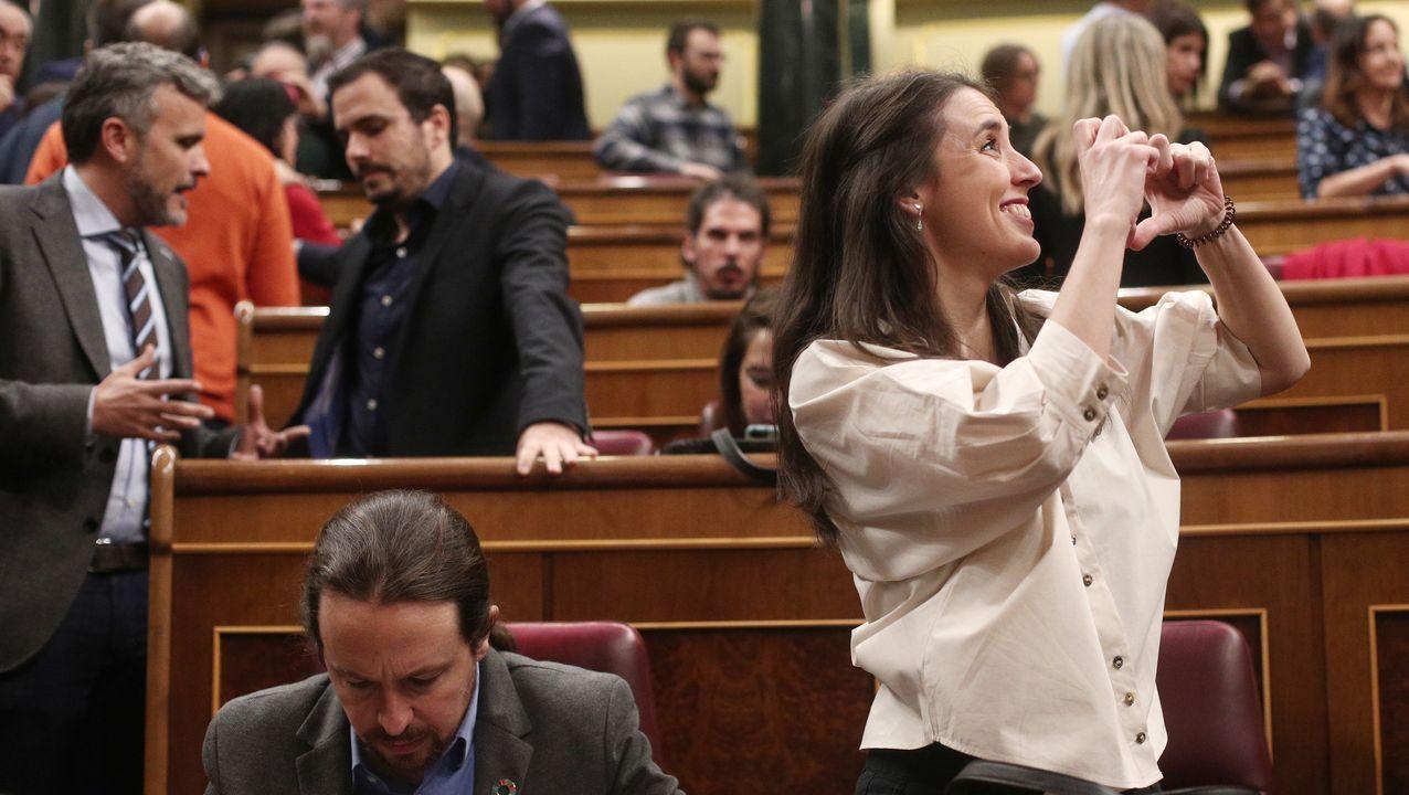 Irene Montero, de Unidas Podemos, haciendo un gesto de corazón con las manos, junto a Pablo Iglesias