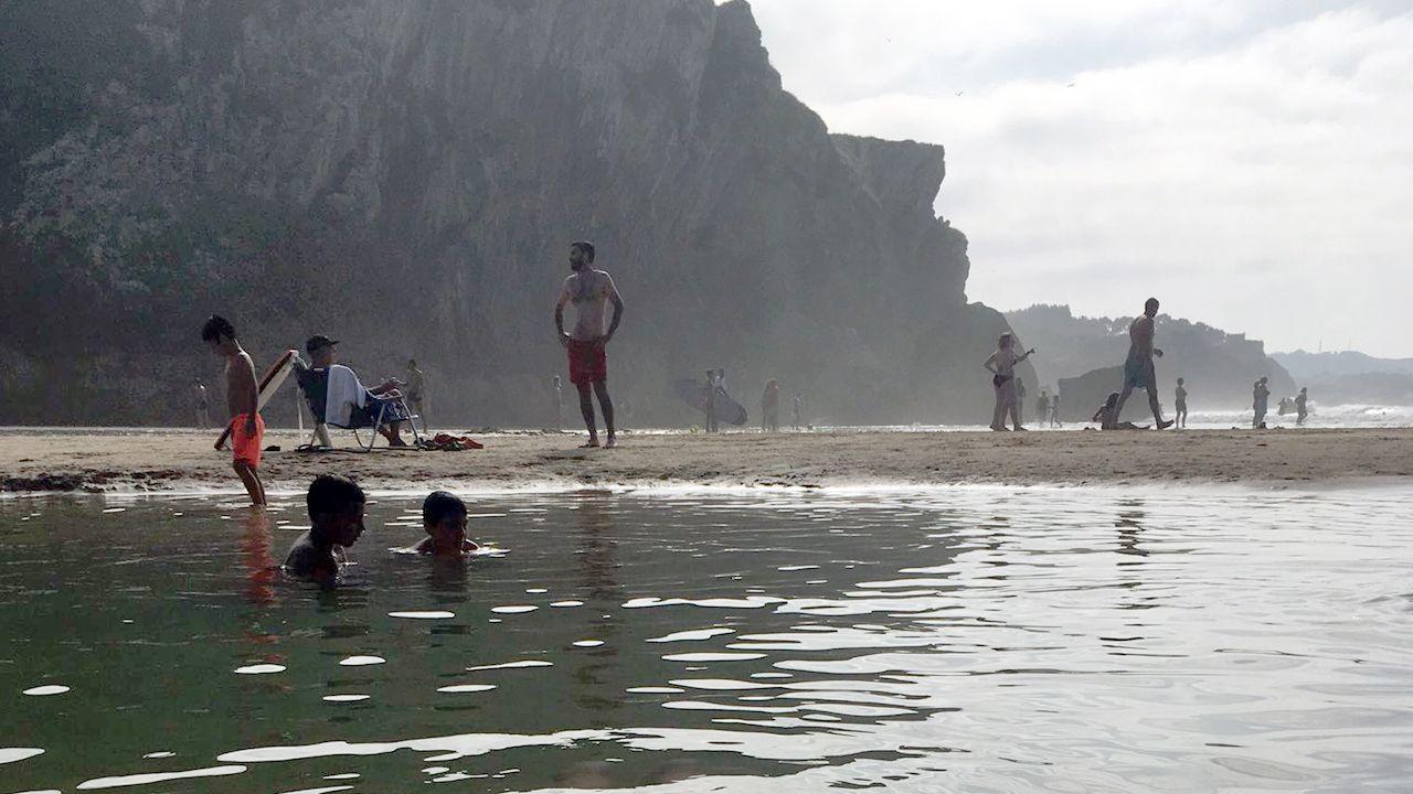 Ola de calor en Europa.Bañistas en la playa asturiana de San Martín, en Llanes